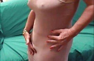 Ծեր կինը երկու աքաղաղ է Սելենա Գոմես սեքս ժապավեն գնել բաց տեղում։